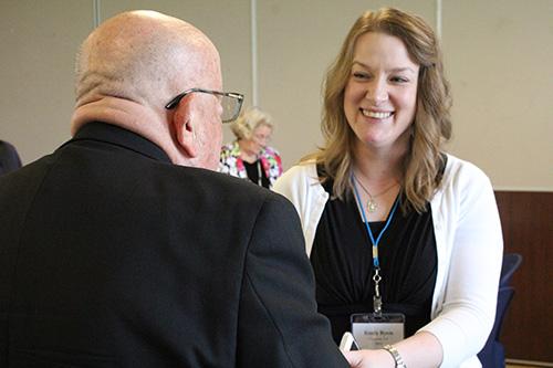 La virgen consagrada Emily Byers de Lafayette, Louisiana, se ríe con el Arzobispo Emérito John Favalora, que nació y creció en Nueva Orleans.