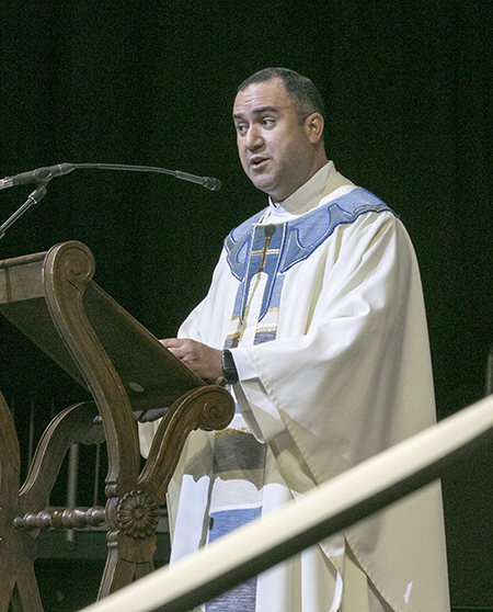 El P. Israel Mago, párroco venezolano de la iglesia Our Lady of Guadalupe, en Miami, predica la homilía de la Misa por la fiesta de Nuestra Señora de la Caridad, patrona de Cuba, de este año 2018.