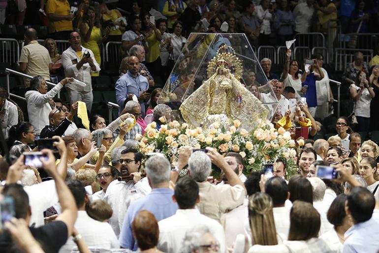 La imagen de Nuestra Señora de la Caridad hace su último recorrido alrededor del Watsco Center después de la celebración de la Misa en su honor.