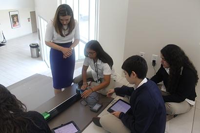Durante la visita de Aimee Viana, ex alumna de la escuela secundaria St. Brendan y actual directora ejecutiva de la Iniciativa de Excelencia Educativa para Hispanos de la Casa Blanca, estudiantes de 11 grado le mostraron el proyecto en el que estaban trabajando.