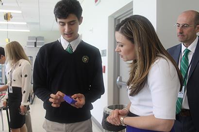 Felipe Jannarone, del programa de STEM, muestra a la representante de la Casa Blanca, Aimee Viana, el control remoto que él mismo diseño e imprimió en su clase de robótica.