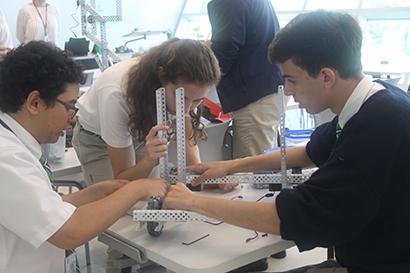 Estudiantes de último grado de St. Brendan construyen un