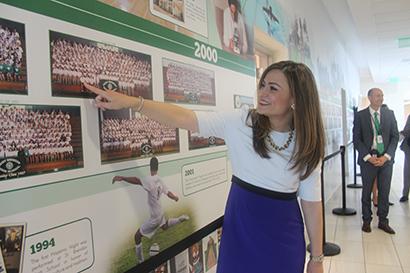 Aimee Viana, ex alumna de la escuela secundaria St. Brendan y actual directora ejecutiva de la Iniciativa de Excelencia Educativa para Hispanos de la Casa Blanca, indica el lugar en donde se encontraba en la fotografía de la clase de 1998, durante su visita a la escuela para destacar las innovaciones educativas de los programas y la infraestructura de la escuela.