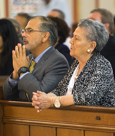 Lex Christi, Lex Amoris awardee Judge Raoul Cantero and his mother, Elisa Batista Cantero, pray during the annual Red Mass of the Holy Spirit. Archbishop Thomas Wenski celerated the Mass with Miami Catholic Lawyers Guild members Oct. 4 at Gesu Church in Miami.