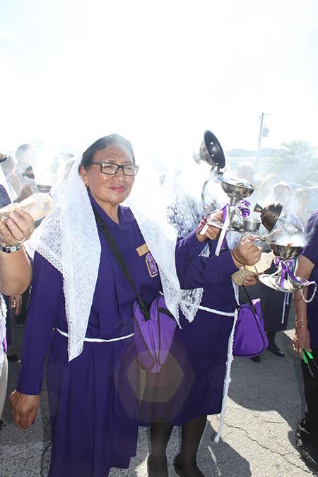 La peruana Teo Bautista, es sahumadora de la Hermandad del Señor de los Milagros de la parroquia Holy Family, en Nort Miami, hace 14 años porque ha recibido muchos milagros.