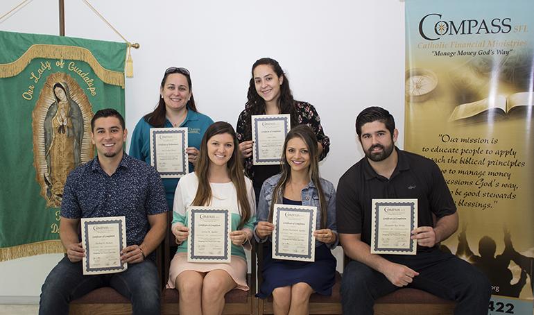 Estudiantes del curso Compass Catholic, en inglés, en la parroquia Our Lady of Guadalupe, en El Doral, que se graduaron en mayo del 2017, posan con sus certificados al haber terminado el curso de 10 semanas de duración.