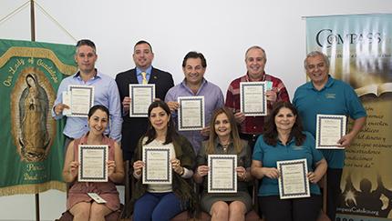 Estudiantes del curso Compass Católico, en español, en la parroquia Our Lady of Guadalupeque, en El Doral, que se graduaron en mayo del 2017, posan con sus certificados al haber terminado el curso de 10 semanas de duración.