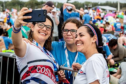 Peregrinas esperan la llegada del Papa Francisco al Campo San Juan Pablo II, de la ciudad de Panamá, para la ceremonia de la vigilia de la Jornada Mundial de la Juventud 2019, el 26 de enero.