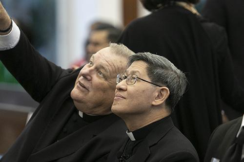 El Arzobispo Thomas Wenski señala un detalle de las obras de arte de la capilla St. Raphael, antes de que el Cardenal Luis Antonio Tagle de Manila diera la conferencia anual Fides et Ratio, en el Seminario St. John Vianney, en Miami.