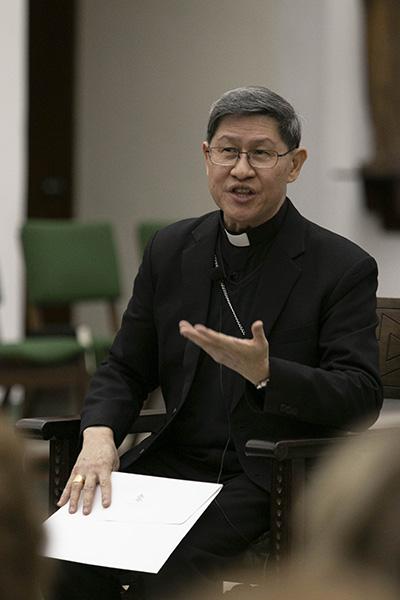 El Cardenal Luis Antonio Tagle de Manila responde preguntas después de su conferencia Fides et Radio, el 22 de marzo, en el Seminario St. John Vianney, en Miami.