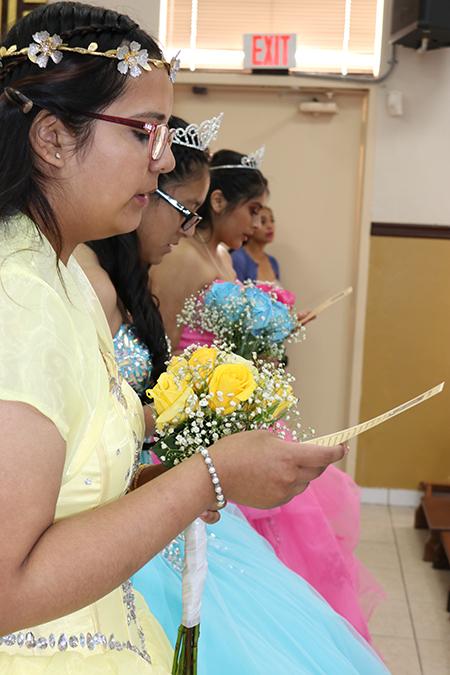 Las quinceañeras Carolina Franco, Olivia Avilés y Sofía Ríos leen su promesa a la Virgen María de vivir el resto de su vida según sus enseñanzas, durante la Misa por sus 15 años, en la Misión Santa Ana, en Naranja.