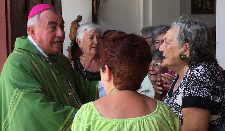 El obispo auxiliar de San Cristóbal de La Habana, Mons. Juan de Dios Hernández Ruíz, saluda a los feligreses despues de una Misa.