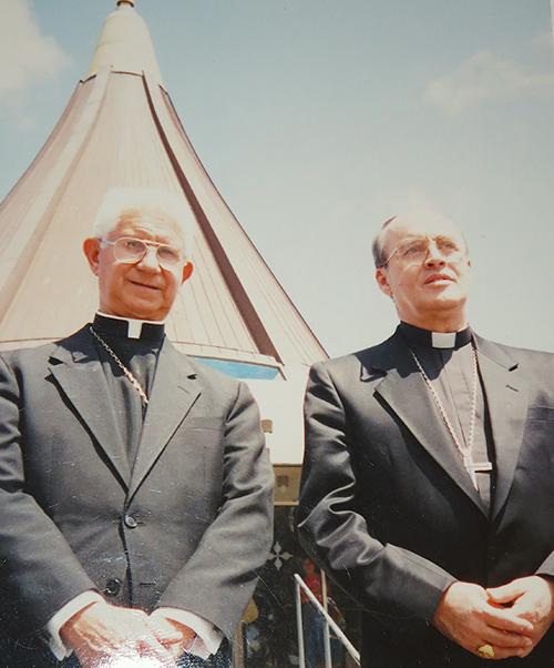 Foto de archivo del Cardenal Jaime Ortega con Mons. Agustín Román, obispo auxiliar de Miami, durante su visita a esta ciudad en 1995.