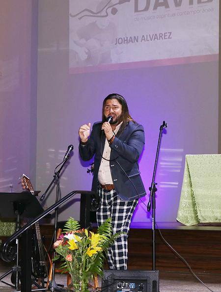 """El cantautor católico colombiano Johan Álvarez canta su tema """"Hoy te amo más"""", durante los Premios David, en la parroquia Corpus Christi, en Miami. Álvarez participó hace algunos años en el Multifestival David. Ahora se dedica hace 10 años a tiempo completo al Señor, cantando y haciendo misión."""