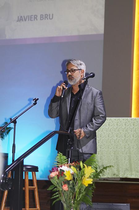 """El cantautor venezolano Javier Brú, canta su canción """"Él lo esperaba"""", que ganó varios premios, durante la décima edición de los Premios David, en Miami. Brú es el coordinador pastoral y director musical de la parroquia Corpus Christi, y además ayudó en la organización del evento."""