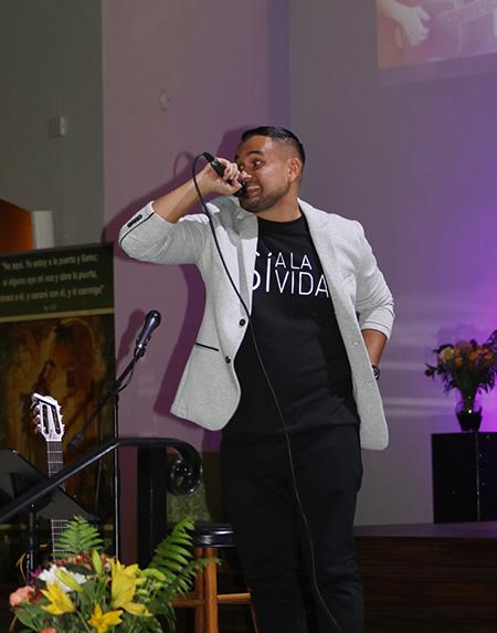 """Kevin Aguilar, un artista costarricense católico conocido como El Siervo, canta """"Viva el amor"""" durante la décima edición de los Premios David, en la iglesia Corpus Christi, en Miami. El Siervo cuenta que con esa canción de género urbano, convenció a un joven a no quitarse la vida."""