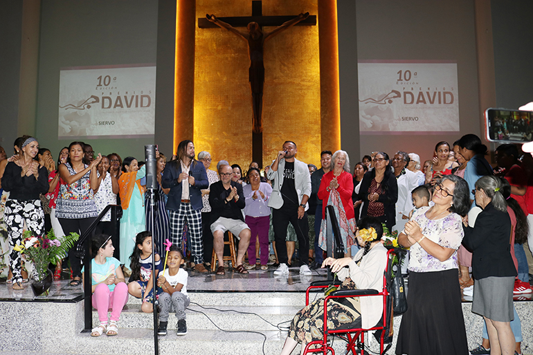 Kevin Aguilar, conocido como El Siervo, fue el artista encargado de cerrar la décima edición de los Premios David, un reconocimiento a la música católica. El Siervo puso a bailar a los asistentes en la parroquia Corpus Christi, de Miami.