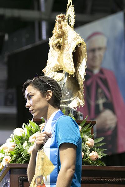 Una integrante del grupo Caridad Joven protege la imagen de la Virgen de la Caridad mientras se entona el himno americano, al comienzo de la celebración anual de la fiesta de la patrona de Cuba. Este año coincidió con el 40 aniversario de la ordenación episcopal de Mons. Agustín Román, el primer cubano hecho obispo en los EE.UU.