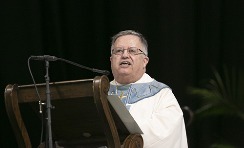 El P. Juan Sosa, párroco de St. Joseph en Miami Beach, predica la homilía durante la celebración de la fiesta de la Virgen de la Caridad, el 8 de septiembre de 2019 en el Watsco Center de la Universidad de Miami.