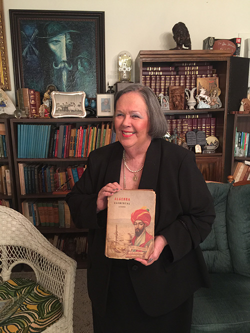 Carlota Morales entre los recuerdos de sus 50 años como educadora, en su hogar de Shenandoah, donde ha vivido desde 1967.