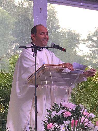 El P. Rogelio Deán Puerta, párroco de El Cobre, en Cuba, predica su homilía durante la Misa de confirmación de alrededor de 400 Hermanos de Emaús, el 22 de septiembre, en el Mercy Hospital.