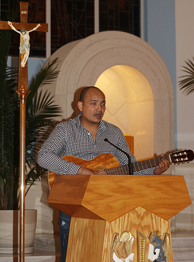 """Andrés Hernandez, del ministerio de música de la iglesia Our Lady of Divine Providence, canta el Salmo 146: """"Dichosos los que tienen hambre y sed de justicia porque ellos serán saciados"""", durante la vigilia de oración por los jóvenes DACA."""