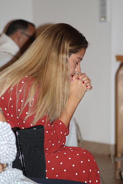 María Ángela Alfonzo, una joven soñadora, beneficiaria del programa de Acción Diferida para los llegados en la infancia, DACA reza durante la Vigilia en defensa de DACA, que se realizó en la parroquia Our Lady of Divine Providence, en Sweetwater, el 14 de noviembre, mientras en la Corte Suprema de Estados Unidos se debate el futuro del programa que otorga permisos de trabajo y licencias de conducir alrededor de 700 mil jóvenes como ella.