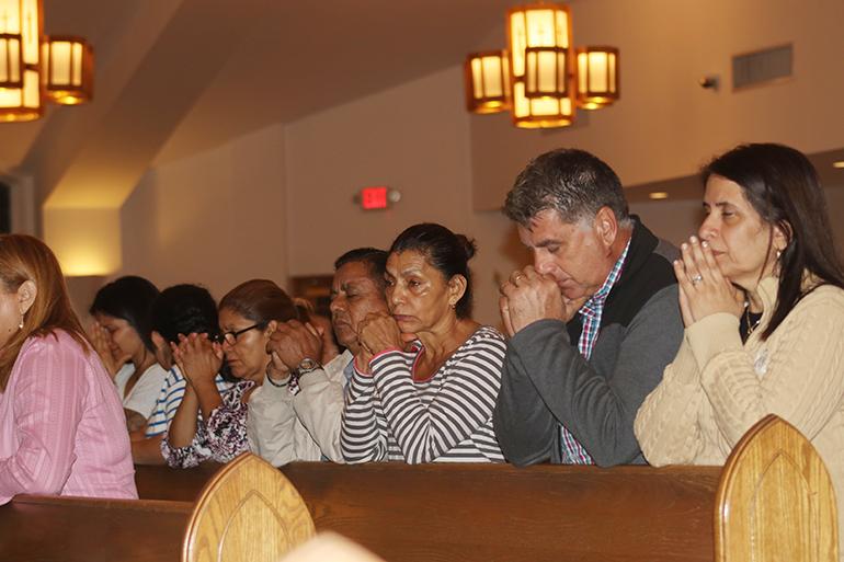 Decenas se reunieron en la parroquia Our Lady of Divine Providence para orar por la defensa del programa DACA, mientras en la Corte Suprema de Justicia se debate el futuro del programa que protege de la deportación alrededor de 700 mil jóvenes llegados en la infancia a este país.
