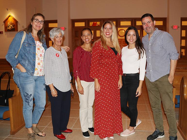 """Acompañantes de la joven """"soñadora"""" María Ángela Alfonzo (centro con vestido rojo) posan con ella después de la vigilia por los jóvenes Daca, en la parroquia Our Lady of Divine Providence. Desde la izquierda: su tía Graciela Guine; Silvia Muñoz, directora de Acción Social del Instituto Jesuita Pedro Arrupe, en Miami, y organizadora del evento; Yelixa Urribarre, su madre. A la derecha: María Fernanda Alfonzo, su hermana y Juan Carlos Alfonzo, su padre."""