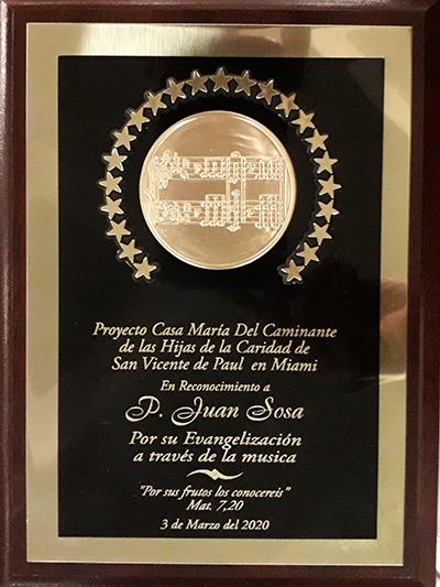 Placa de reconocimiento otorgada por el Proyecto Casa María del Caminante de las Hijas de la Caridad, de Miami, organizadora del evento, al P. Juan Sosa, párroco de St. Joseph, en Miami Beach, por su contribución a la liturgia y la evangelización a través de la música.