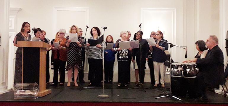 Presentación del coro diocesano dirigido por María Pérez-Rudisill durante la cena-concierto en homenaje a los compositores católicos de Miami. El coro interpretó obras de los compositores cubanos homenajeados.