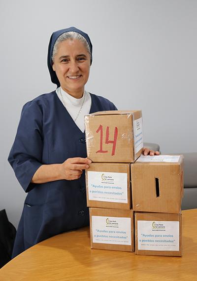 Sor Consuelo Gómez, de las Hijas de la Caridad, muestra las cajas que distribuye en diferentes lugares para recolectar dinero para enviar ayuda a un centro de niños en Venezuela.