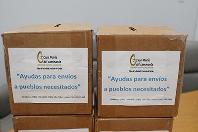 Cajitas para recolectar dinero que las Hijas de la Caridad distribuyen en diferentes lugares, para enviar ayuda a un centro de niños en Venezuela.