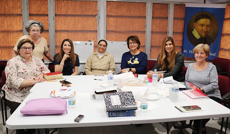 Algunas integrantes de Ladies of Charity o Damas de la Caridad, posan para la foto con Sor Fanny Amanda Mora, de las Hijas de la Caridad, durante una charla de formación. Ladies of Charity es el voluntariado más antiguo de la Iglesia, fundado por San Vicente de Paúl. En Miami se acaba de fundar hace seis meses.
