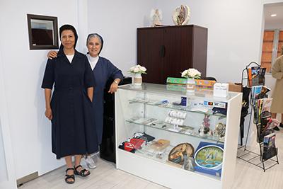 Sor Fabiola Guamán (izquierda) y Sor Consuelo Gómez, de las Hijas de la Caridad, posan con algunos artículos religiosos que venden en su Casa San Vicente de Paúl, en Miami.