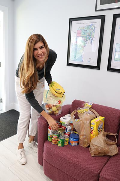 María Juliana Romero, integrante del voluntariado Ladies of Charity de San Vicente de Paúl, lleva donaciones de comida a la Casa de las Hijas de la Caridad, en Miami, para una persona que se quedó sin casa.
