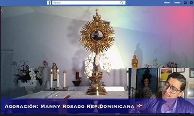 El cantante católico Manny Rosado, de República Dominicana, canta el 14 de abril, durante la Hora Santa de la parroquia Little Flower, en Hollywood, desde su casa. La Hora Santa se transmite en vivo todas las noches a las 9 p.m. por la cuenta de Facebook de la parroquia Little Flower de Hollywood.