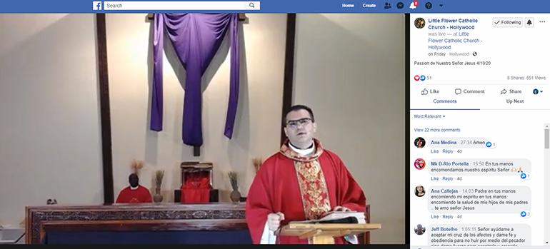 El P. Javier Barreto, administrador de la parroquia Little Flower, en Hollywood, celebra la Liturgia de la Pasión de Nuestro Señor Jesucristo, el Viernes Santo, 10 de abril, que fue transmitida en vivo por Facebook.