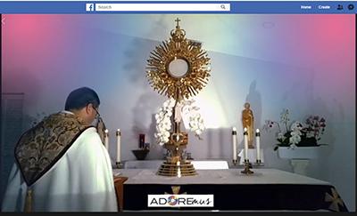 El P. Javier Barreto, administrador de la parroquia Little Flower, en Hollywood celebra la Hora Santa con el grupo de cantantes católicos de Miami, Adoremus, el 14 de abril. La Hora Santa se realiza todas las noches a las 9 p.m. y se transmite en vivo por Facebook.