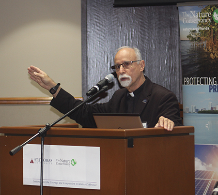 El P. Alfred Cioffi, profesor de biología y bioética de la Universidad St. Thomas, habla en un evento sobre el clima en abril de 2019, en dicha institución.