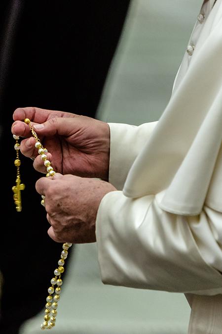El Papa Francisco sostiene un rosario después de la audiencia general de los miércoles, dentro del Salón Pablo VI, en El Vaticano, el 7 de agosto de 2019.