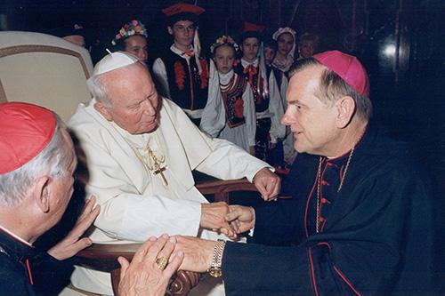 El arzobispo Thomas Wenski habla con el Papa Juan Pablo II durante una visita que hizo a Roma con un grupo de peregrinos en la década de los 2000.