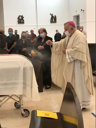 El arzobispo Thomas Wenski preside durante el funeral del P. Rafael Pedroso, sacerdote jubilado de la Arquidiócesis de Miami que fue pastor fundador de Santa Bárbara en Hialeah Gardens, el 31 de julio de 2020 en la Iglesia de Nuestra Señora de Guadalupe en Doral. El Padre Pedroso murió después de una larga enfermedad complicada por COVID-19.