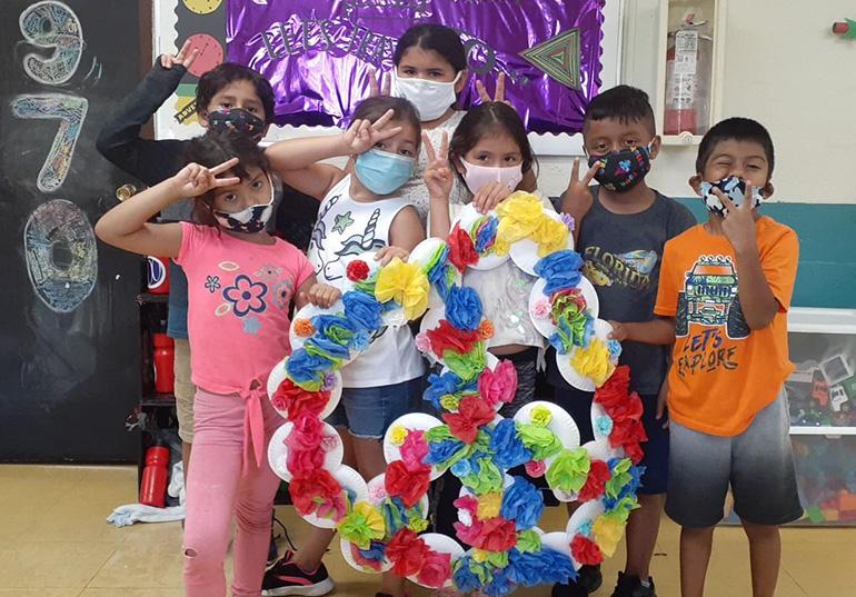 Paz y amor por todas partes: Inspirados por la década de los '70, los niños que asistieron al campamento de verano en el Centro Educativo La Salle en Homestead, muestran un gigante símbolo de paz que construyeron como parte de su exploración de la historia. El campamento duró desde el 15 de junio al 7 de agosto de 2020, con las debidas precauciones por la pandémica del COVID-19.