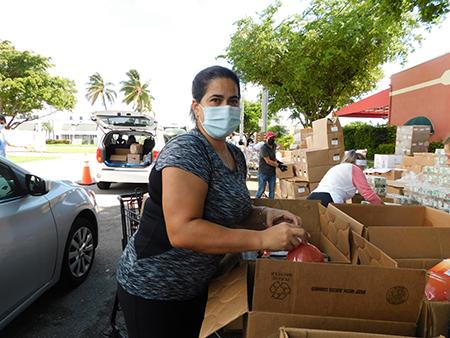 Anelys Medina, diez años atrás, llegó al banco de comida de la parroquia Mother of Christ, en Miami, pidiendo alimentos para su familia. Ahora ayuda voluntariamente en la distribución de despensas para los más necesitados.