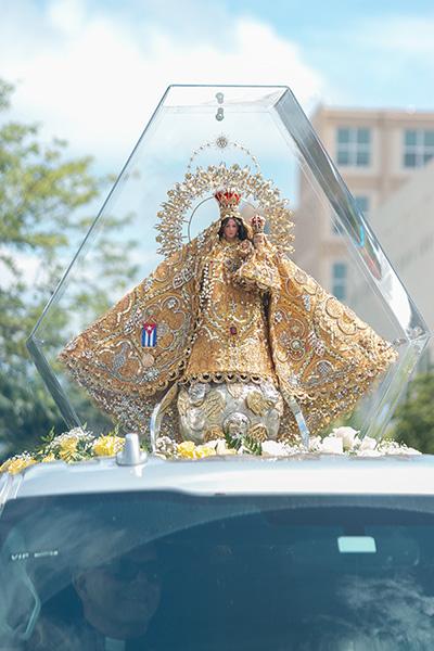 La imagen de la Virgen de la Caridad recorre las calles de Miami en procesión desde la Ermita hasta la iglesia St. Michael.