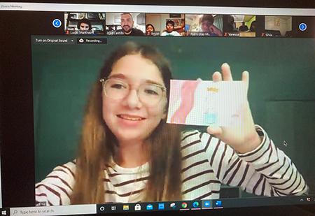 Isabel Gonzáles, alumna de la escuela St. Hugh, en Miami, durante su presentación en el campamento virtual con otros niños de zonas rurales de Misisipi.