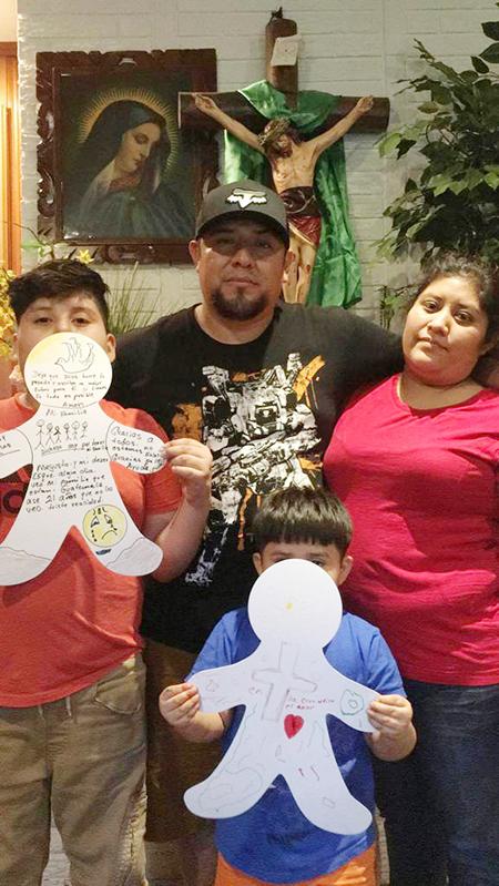 Edgar Morales y su familia participaron en el campamento virtual para familias en zonas rurales de Misisipi.