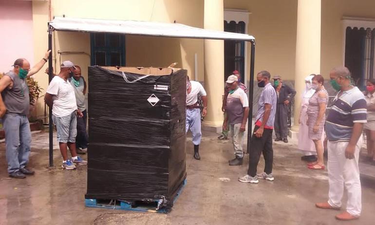Trabajadores y voluntarios se preparan a descargar algunas de las provisiones enviadas desde Miami para el hogar de ancianos Santovenia en La Habana.