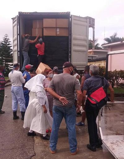 Trabajadores y voluntarios, junto con una de las Hermanitas de los Ancianos Desamparados, se preparan a descargar algunas de las provisiones enviadas desde Miami para el hogar de ancianos Santovenia en La Habana.